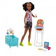 Barbie bébiszitter játékszett - Barna bőrű baba etetőszékkel