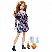 Barbie bébiszitter baba - Vörös virágos ruhában